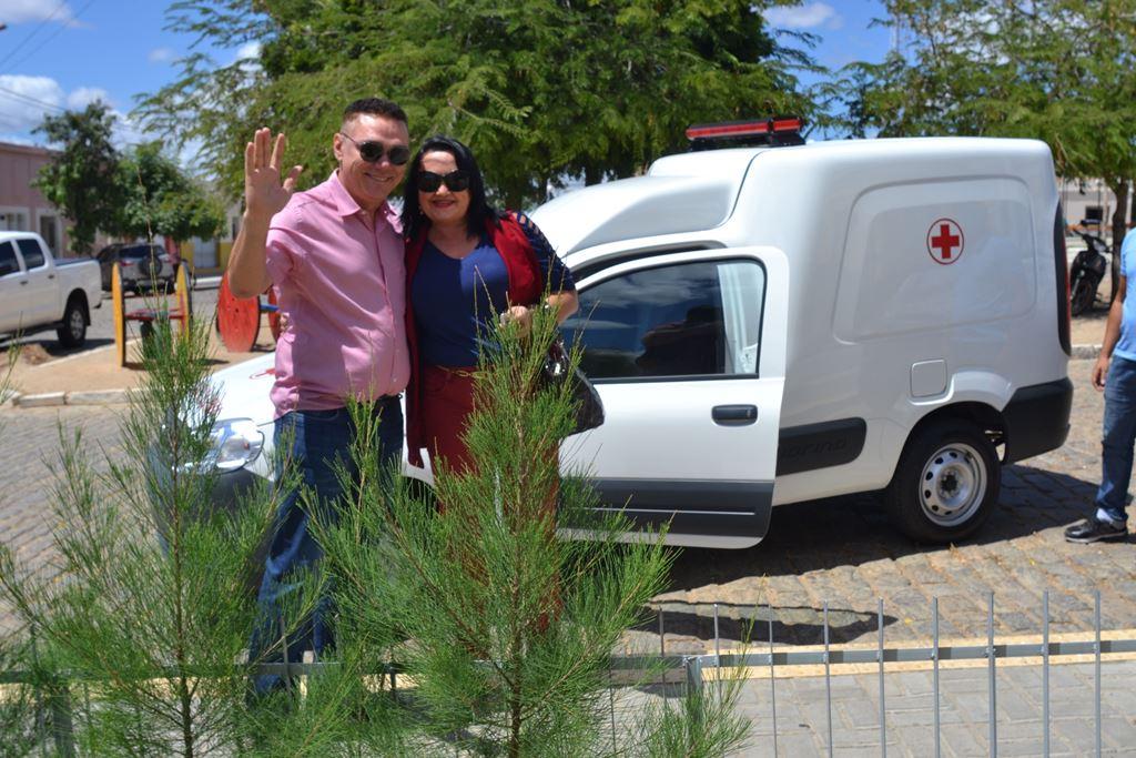 Resultado de imagem para fotos do prefeito amazan entregando ambulancia