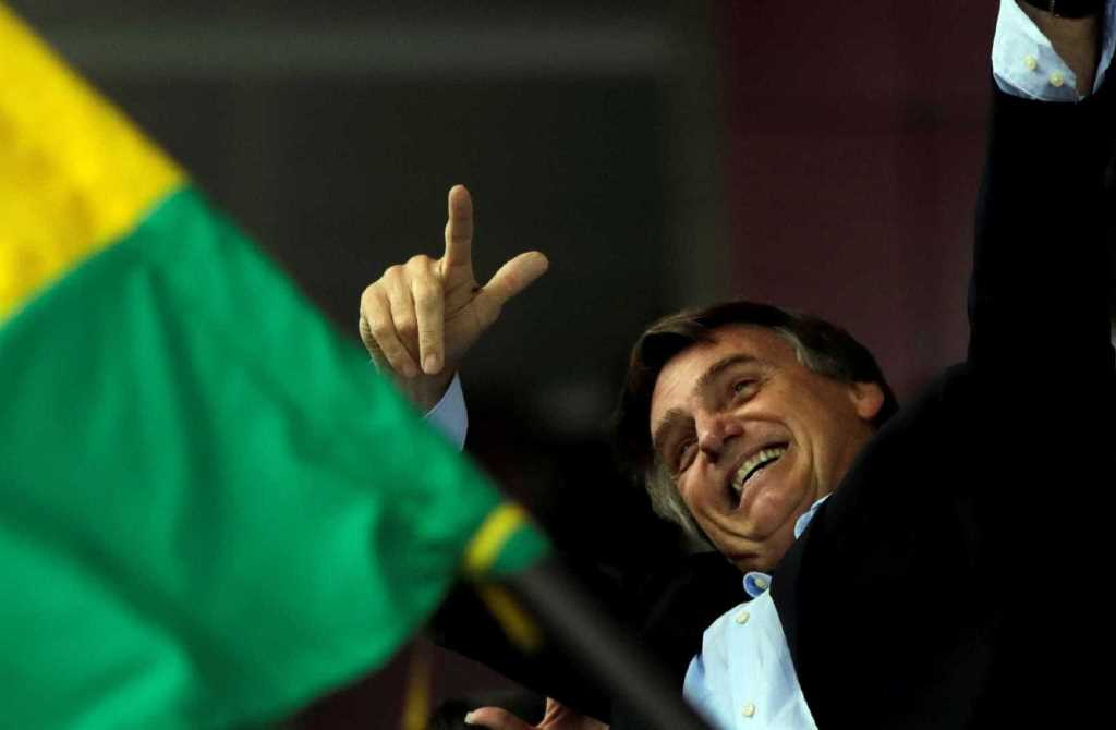 Resultado de imagem para Bolsonaro assina decreto que facilita posse de armas